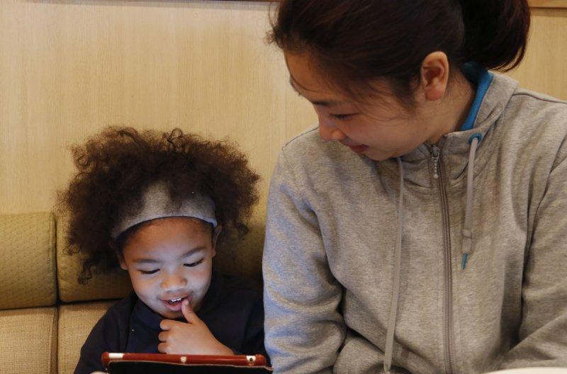 日本災民岡田惠與女兒。(美聯社)