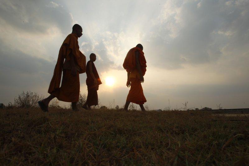 餘暉下的柬埔寨僧侶。(美聯社)