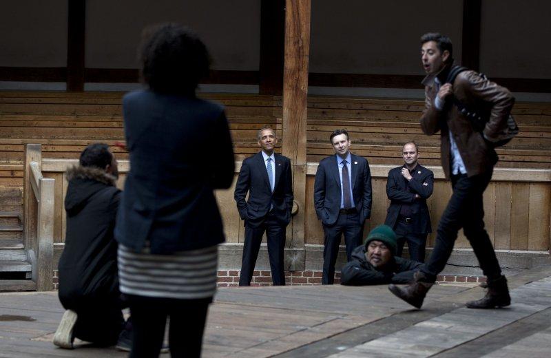 美國總統歐巴馬(左三)23日前往環球劇場。(美聯社)