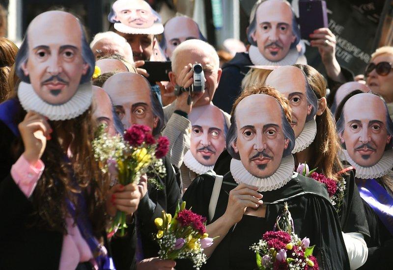 千餘名戴著莎翁肖像面具的遊行民眾,23日在英國倫敦參加紀念活動。(美聯社)
