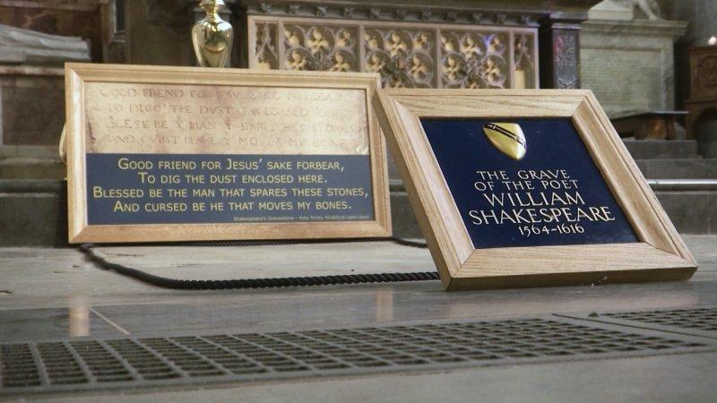 位於英國史特拉特福郡聖三一教堂內的莎翁墓碑。(美聯社)
