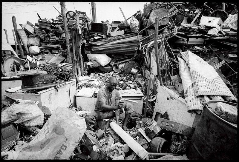 尼日利亞拉各斯市的廢物回收場裡,工人正在處理電子垃圾(圖/中和出版提供)