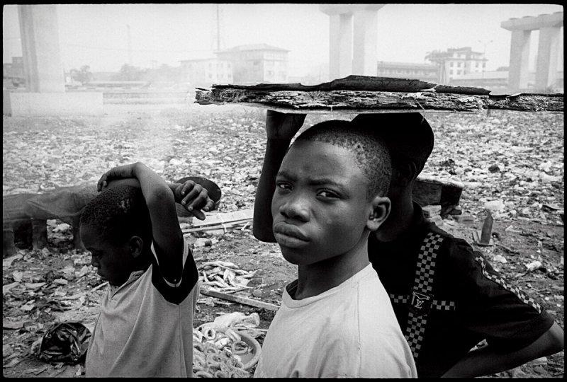 在非洲的垃圾場裡拾荒的孩子們(圖/中和出版提供)