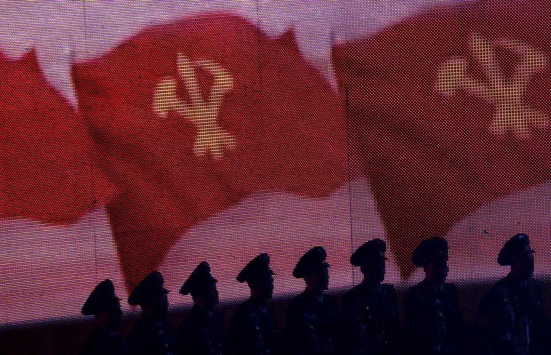 北韓國旗與士兵。(美聯社)