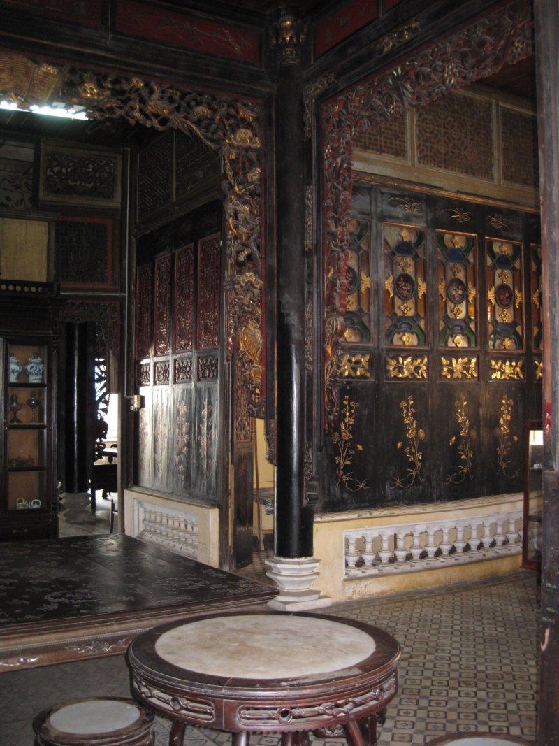 一進門完全是中式的雕琢和家具。(印刻提供)