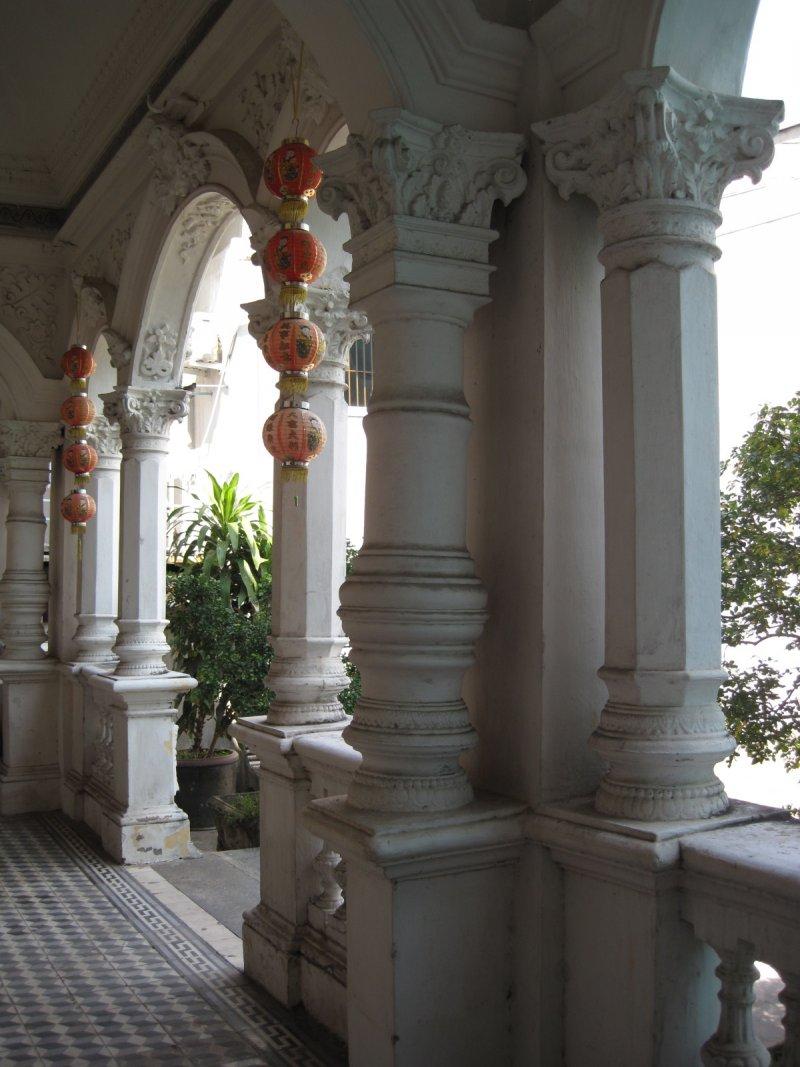 巴洛克式的門廊,掛著中國式的紅燈籠。(印刻提供)