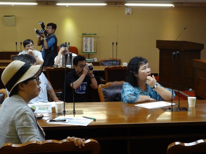 31日由台灣環保聯盟、台灣再生能源推動聯盟及立法委員陳曼麗金舉辦的「能源稅立法座談會」,從能源稅法制訂源頭直至現在面臨困境,展開討論。(郭佩凌攝)
