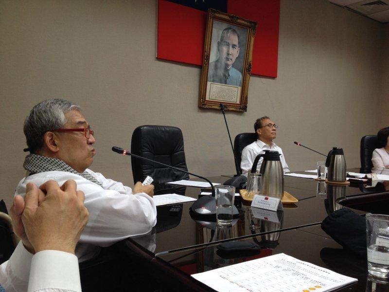 行政院長林全(右)面色凝重聽著出版人郝明義的簡報,討論台電全面開放原始數據。(取自陳季芳臉書)