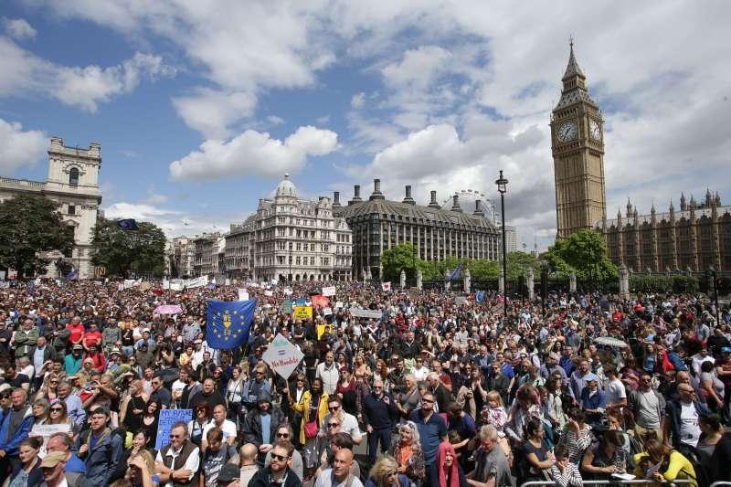 「挺歐洲大遊行」,英國大批反對脫離歐盟的民眾2日走上街頭,抗議脫歐公投結果。(美聯社)
