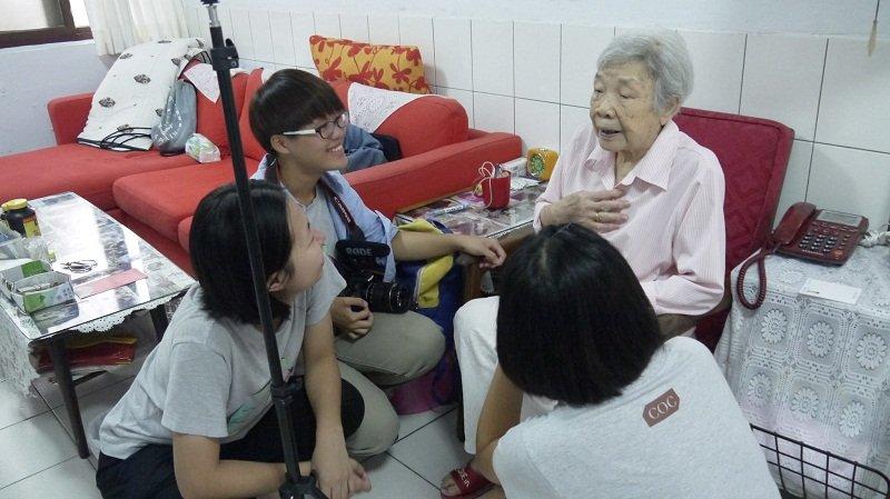 政大傳播學院拍攝化南記錄片同學訪問梁錫純女士(陳淑美提供)