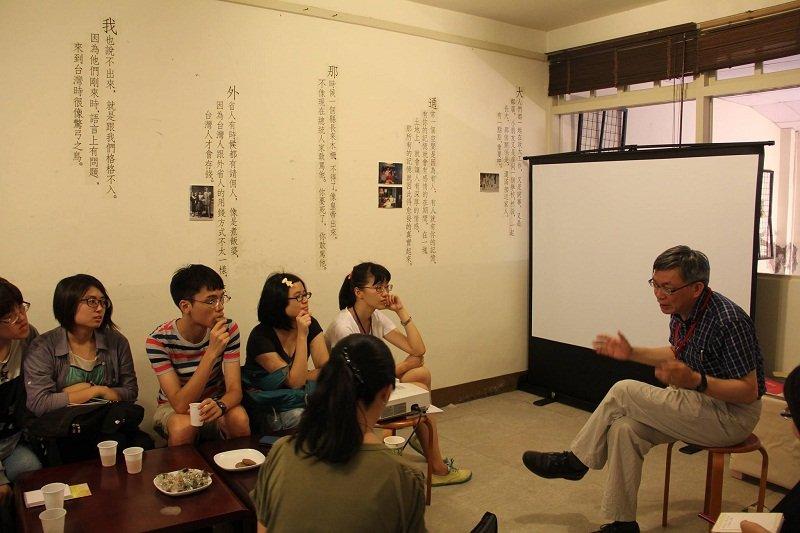 過去化南新村客廳就是講堂,台大苑舉正教授在政大「憶南忘」活動中重現光華。(陳淑美提供)