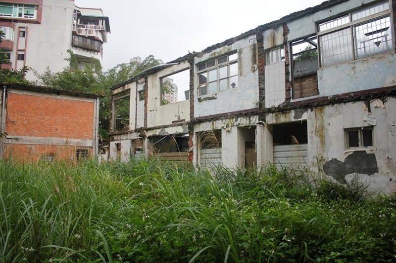 去年5月間政大也在無拆照的情況下,無預警的拆除化南新村兩棟建築物。(陳淑美提供)