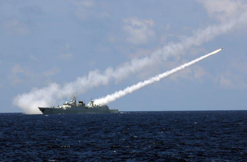 解放軍海軍在南海舉行實兵對抗演習,飛彈驅逐艦廣州艦發射防空飛彈。(新華社)