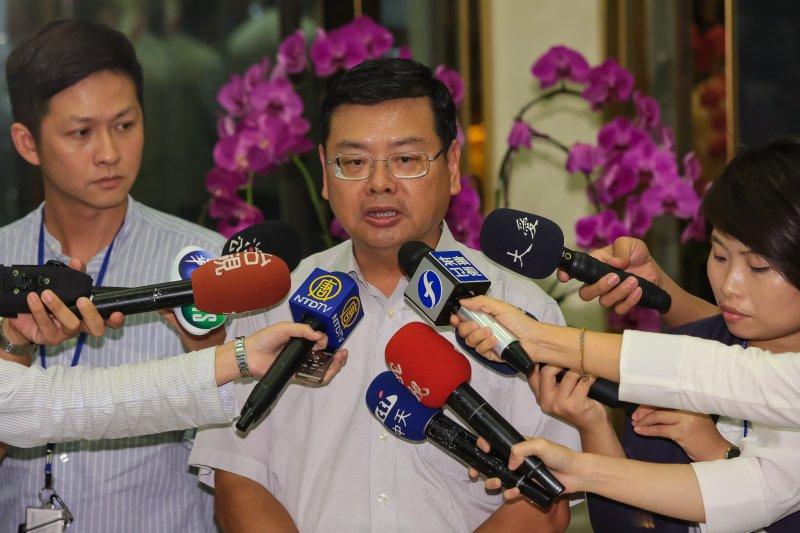 觀光局副局長張錫聰21日晚間於「0719遼寧觀光團國道2號遊覽車事故搶救處置簡報」記者會後,代表說明及接受媒體聯訪。(顏麟宇攝)