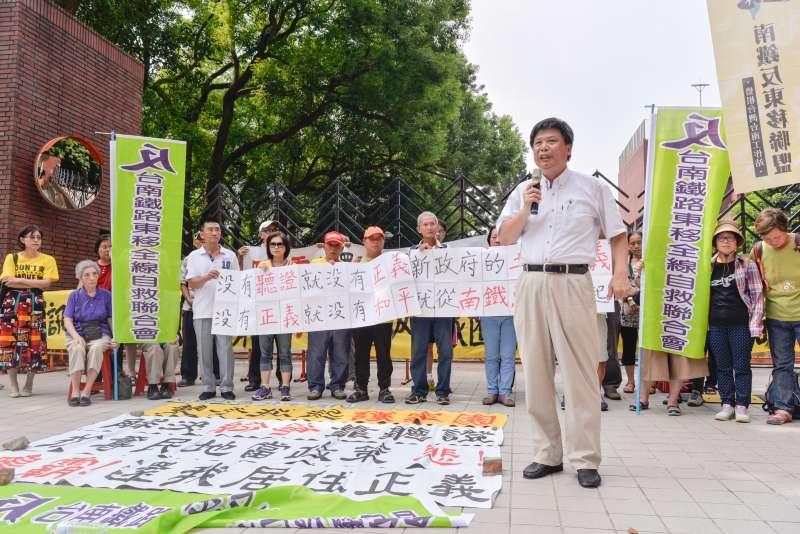 南鐵東移案都委大會,自救會於營建署前抗議-甘岱民攝