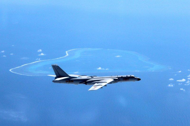 中國空軍轟-6K飛機在南海黃岩島等島礁附近空域巡航(AP)