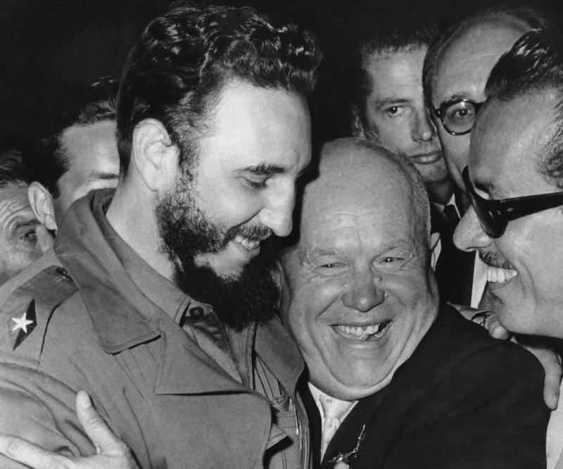 1960年,卡斯楚與蘇聯領導人赫魯雪夫(Nikita Khrushchev)在紐約的聯合國大會上相見歡(AP)