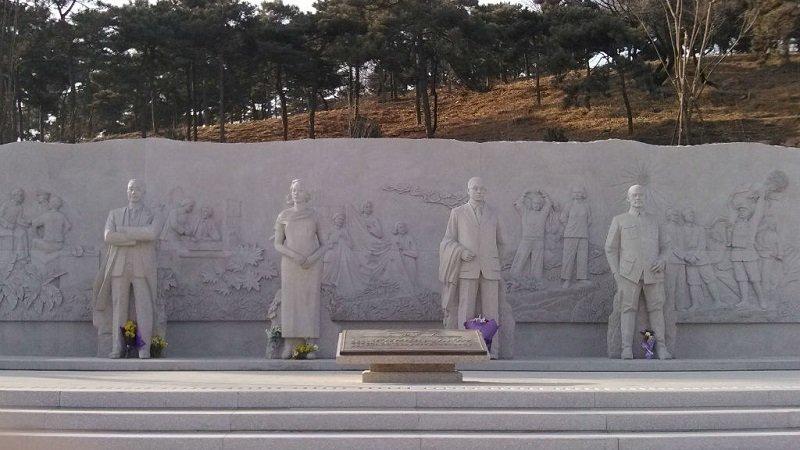 無名英雄紀念碑以及四座雕像,雕像自左至右依次為陳寶倉、朱楓、吳石、聶曦。(維基百科)