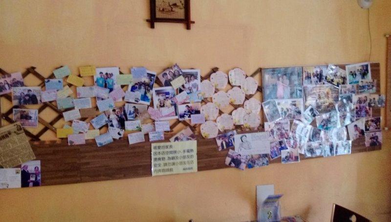 牆上客人的留言與照片。(照片來源/黃吏玄攝)