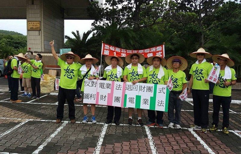 反電業法,台電員工從墾丁出發,發起「全台南北串連步行活動」。(台電員工提供)