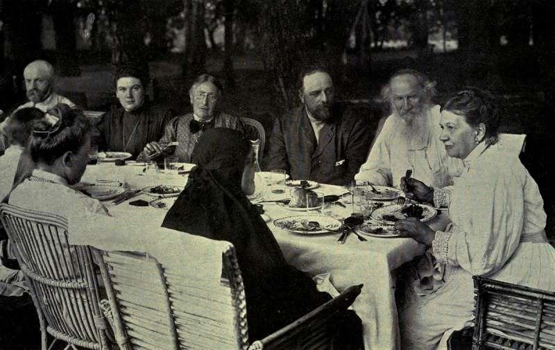托爾斯泰(右二)與妻子蘇菲亞(右一)與親人一起用餐(取自Wikipedia/Cassell and Co, NY, 1911)
