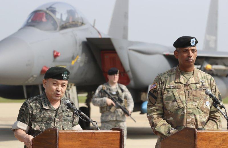 因應北韓第5度試爆核彈,美軍B-1B匿蹤戰略轟炸機13日飛臨朝鮮半島,美軍與韓軍領導人在烏山基地召開記者會說明(AP)