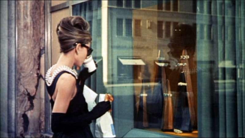 好萊塢影后奧黛麗赫本在電影《第凡內早餐》穿著優雅的小黑裙,成為影史的經典形象(取自Wikipedia/Public Domain)