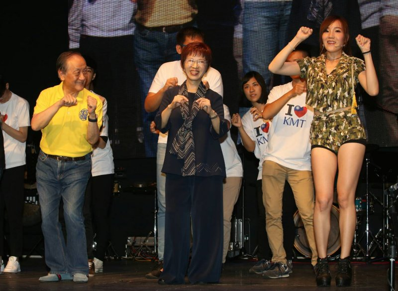 洪秀柱參加新黨光復節晚會,並和郁慕明主席跳PPAP舞蹈(陳明仁攝)