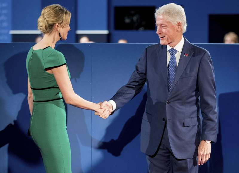 美國共和黨總統候選人川普的女兒伊凡卡.川普(Ivanka Trump)與前總統柯林頓握手(AP)