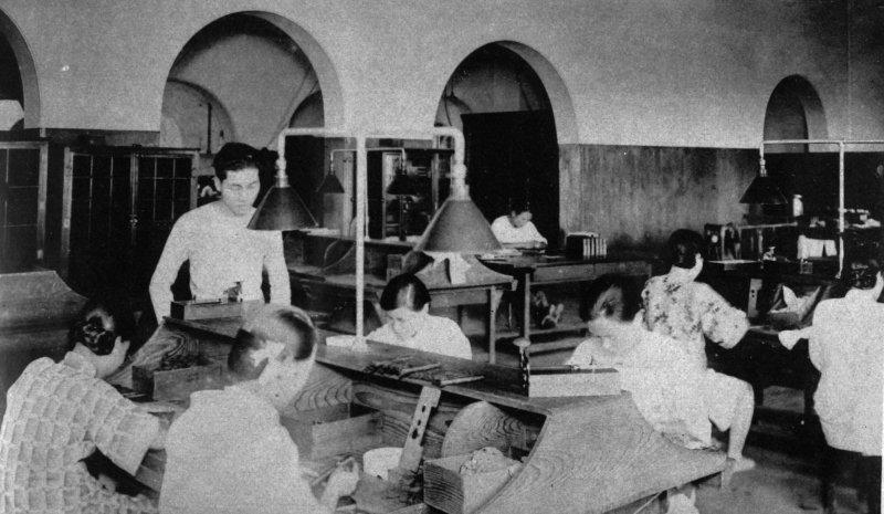 台北煙草工廠女工絕大多數是台灣人,且多住在大稻埕。她們年紀從十幾歲到五十幾歲都有,年紀稍長者總規規矩矩梳著典型的台式包頭。(圖/麥田出版提供)