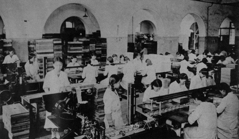 台北火車站後方的煙草工場是戰前女工最多的工廠,有近五百位台灣女性,負責捲菸和包裝等工作。她們和今天的女性一樣,害怕土石流,歡喜孩子聽話上進,希望工作能力受肯定。(圖/麥田出版提供)