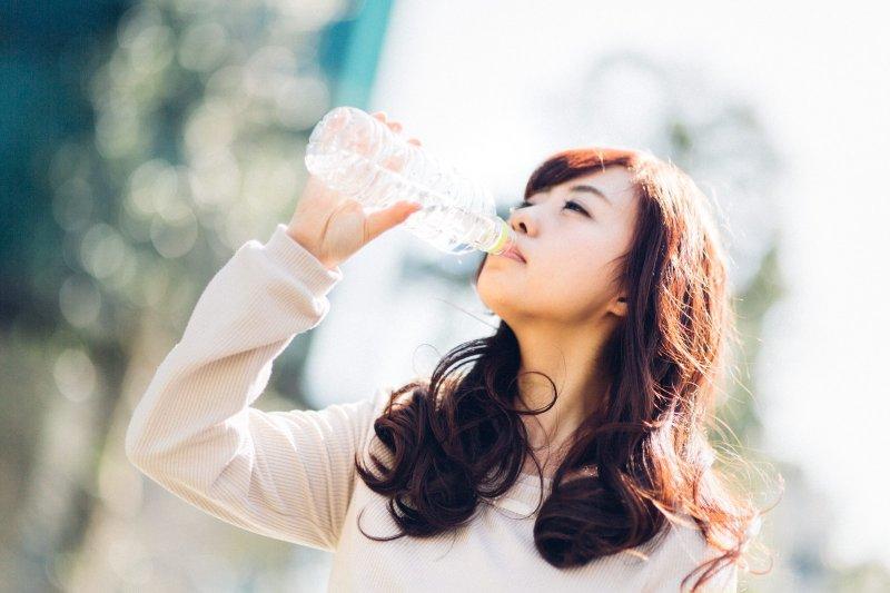 喝水能夠有效改善膚質,讓肌膚更有光澤。(圖/すしぱく@pakutaso)