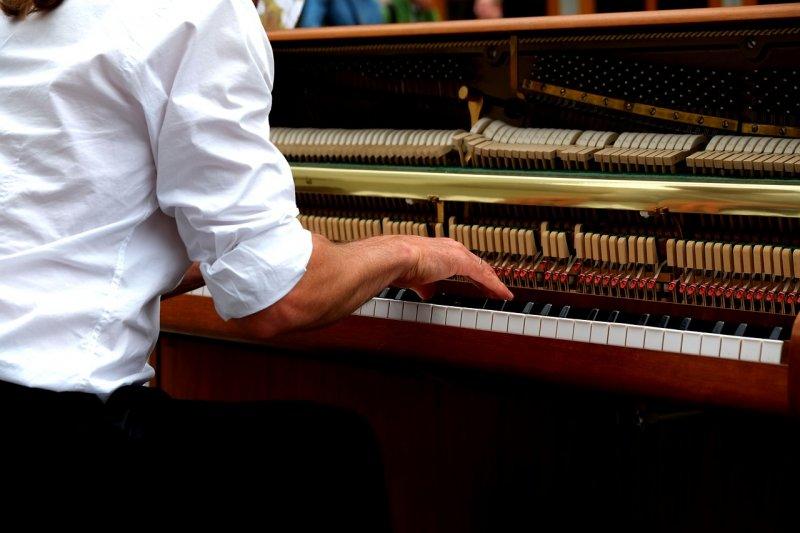 在燈光變換的天幕星空下,一邊品嘗美食,一邊聆聽現場鋼琴演出,好不愜意。 (圖/music4life@pixabay)