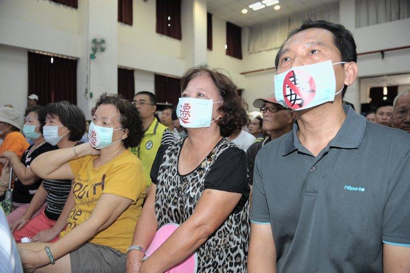 行政院長林全(中)與大林蒲居民座談,居民戴口罩表示當地污染嚴重。(行政院提供)
