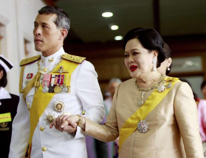泰國新王瓦吉拉隆功與母親詩麗吉王太后(美聯社)