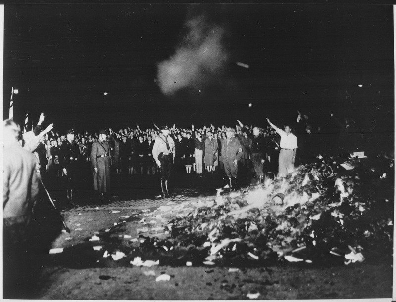 德國納粹黨上台後大舉焚燒佛洛伊德、馬克斯等人的著作,《西線無戰事》也成為他們的目標。(wikipedia/public domain)