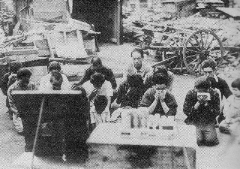 日本平民跪在地上聆聽「玉音放送」。(圖/維基百科公有領域)