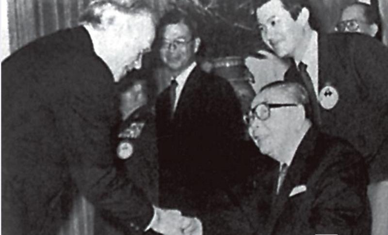 已故美國在台協會主席丁大衛(左起)在當時外交部長丁懋時陪同下,晉見蔣經國總統,站立於蔣經國身後的是當時的英文翻譯馬英九。(取材自丁大衛回憶錄)