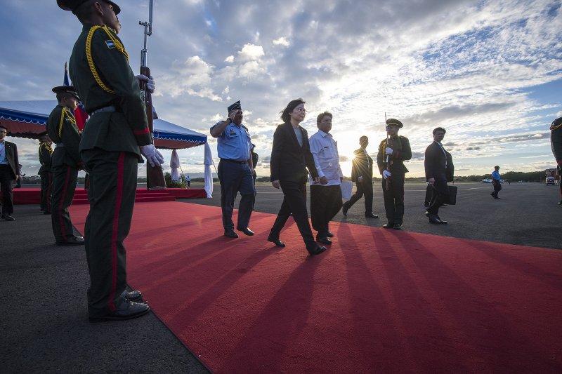總統蔡英文抵尼加拉瓜,尼國部長級總統國際事務顧問孟卡達(Denis Moncada)迎於機梯前,並陪同蔡總統步行至禮台,接受禮兵致敬。(總統府提供)