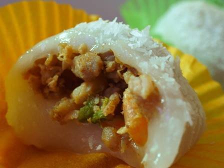 包著瘦肉和蝦米的鹹麻糬。(圖/彰化小食記@facebook)