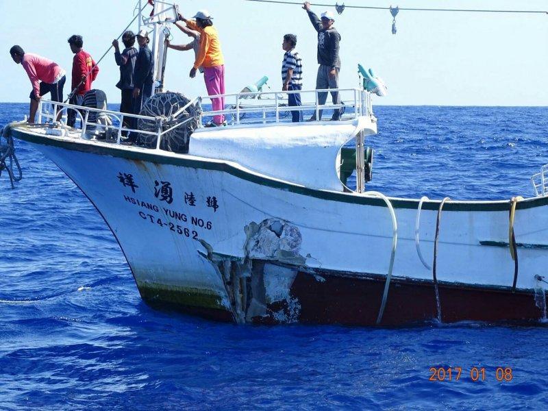 屏東縣東港籍漁船「祥湧6號」(CT4-2562)7日凌晨在菲律賓海遭大型商船追撞,在「巡護一號」戒護下返航平安返抵東港。(海洋巡防總局提供)