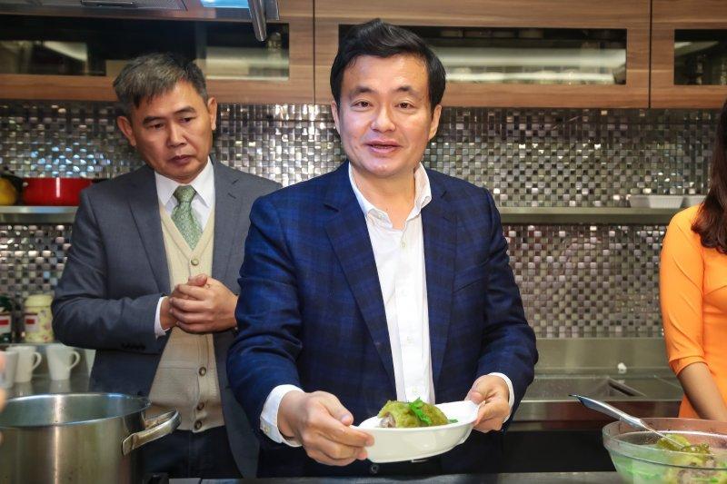 20170117-民進黨秘書長洪耀福17日出席「民進黨春節年菜規劃」,並於現場製作越南年菜「苦瓜包肉湯」。(顏麟宇攝)