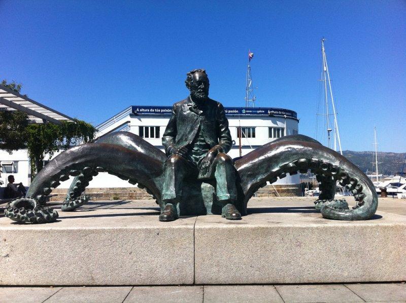 西班牙維戈港(Vigo)的凡爾納雕像,紀念他在《海底兩萬里》中為維戈港寫的專章。(圖/spacedust2019@flickr)