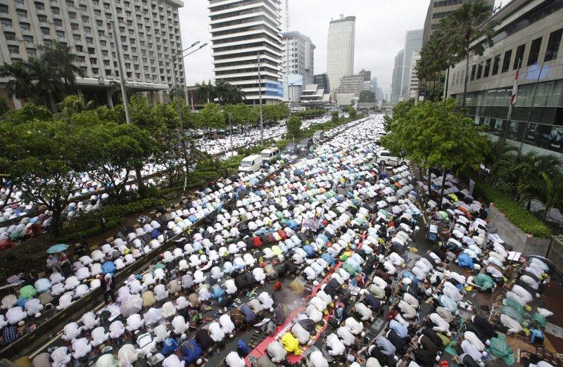 11日雅加達出現突破10萬人集會,反對華裔首長鍾萬學連任。(美聯社)