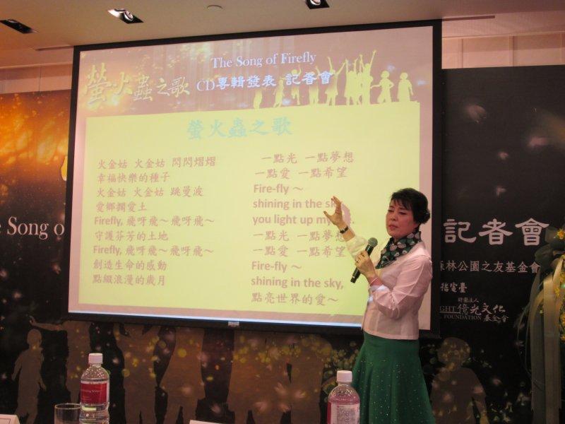 製作人簡文秀老師詳細解說螢火蟲之歌歌詞。(取自台北市政府)