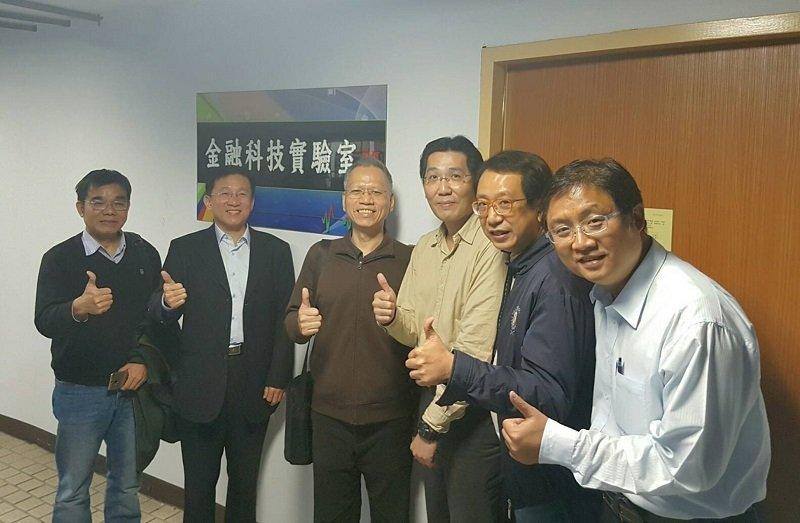 參訪台北科技大學的金融科技實驗室。(夏肇毅提供)