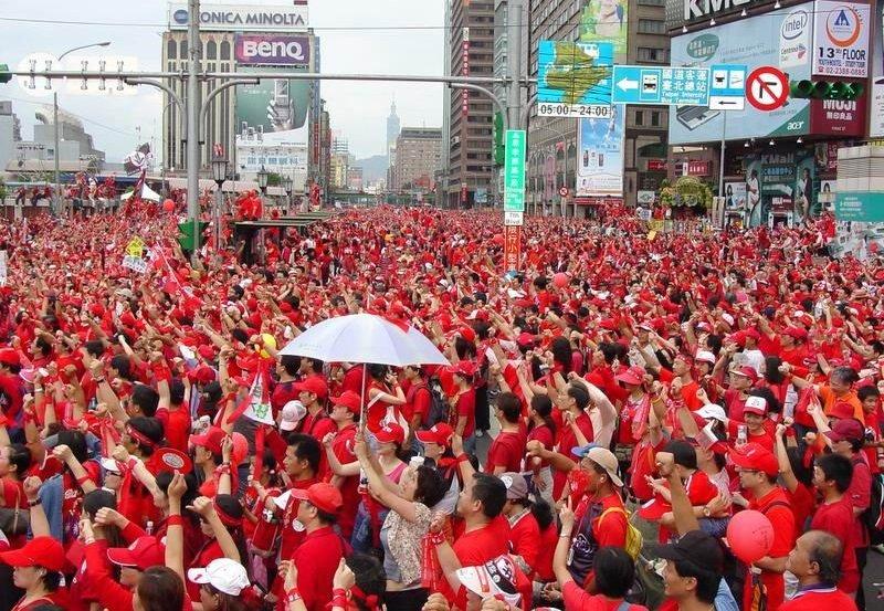 紅衫軍倒扁圍城。(Dowdot~commonswiki/維基百科)