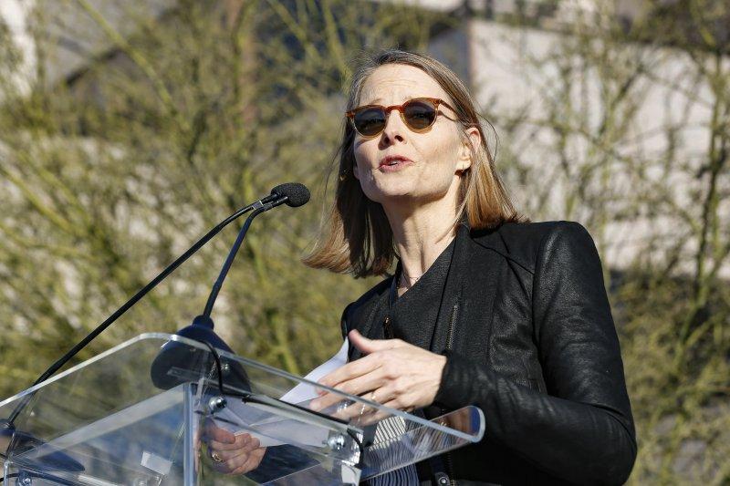 奧斯卡獎頒獎典禮前夕,美國各界人士在洛杉磯舉行「團結的聲音」(United Voices)大會,強烈抗議川普政府多項政策,這是知名影星茱蒂福斯特(Jodie Foster)(AP)