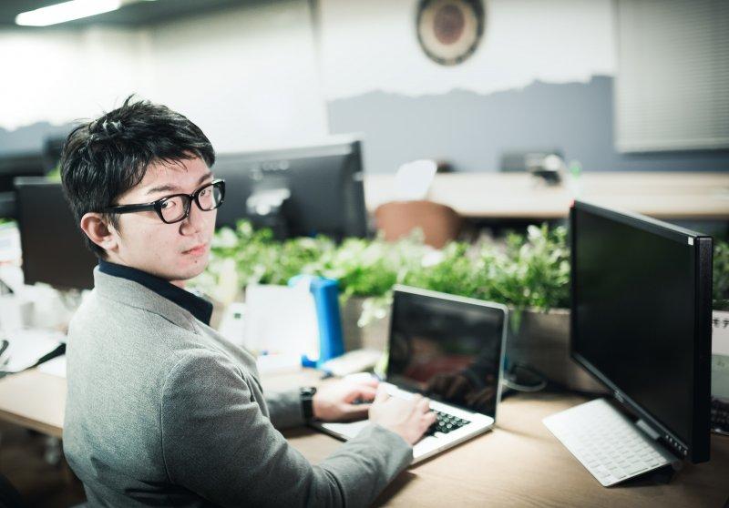不少新鮮人時常抱怨工作做得不開心,究竟面對職場該要用什麼心態來面對呢?(圖/Pakutaso)