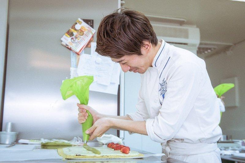 抹茶草莓蛋糕捲,選用日本北海道鮮奶油製作抹茶風味鮮奶油,覆滿抹茶的卡士達,再鋪上一層紅豆餡,讓蛋糕呈現清爽口感,不會過於甜膩。(圖/openrice提供)